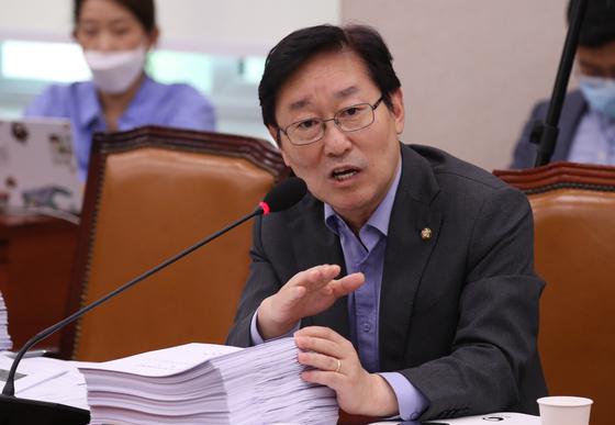 박범계 더불어민주당 의원이 지난 7월 27일 오후 서울 여의도 국회에서 열린 법제사법위원회 전체회의에서 의사진행발언을 하고 있다. 뉴스1