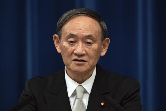 스가 요시히데 일본 총리가 지난달 16일 기자회견에서 발언하고 있다. AP=연합뉴스