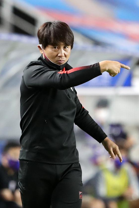 프로축구 포항 김기동 감독이 작전 지시를 하고 있다. 그는 연봉이 높지 않은 선수들을 잘 조직해 화끈한 공격축구를 펼친다. [뉴스1]