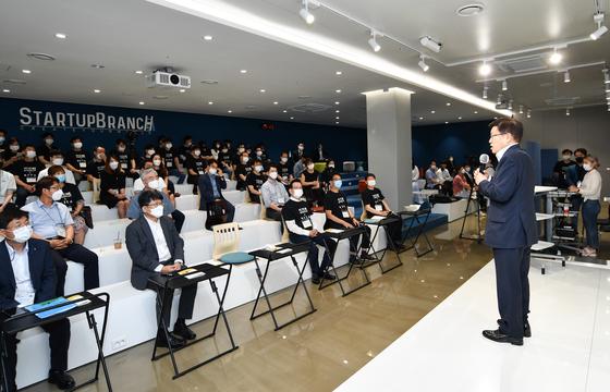 김영주 한국무역협회 회장(오른쪽)이 지난 7월 서울 삼성동 코엑스 스타트업 브랜치에서 개최된 '강남구 X KITA스타트업 오픈이노베이션 행사'에서 인사말을 하고 있다. [사진 무역협회]