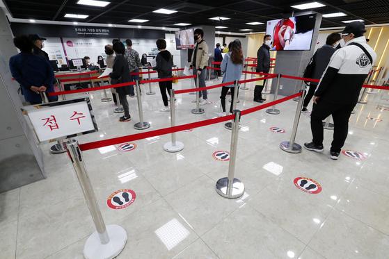 서울 한 병원에서 독감 백신을 맞기위해 기다리는 시민들. 뉴스1
