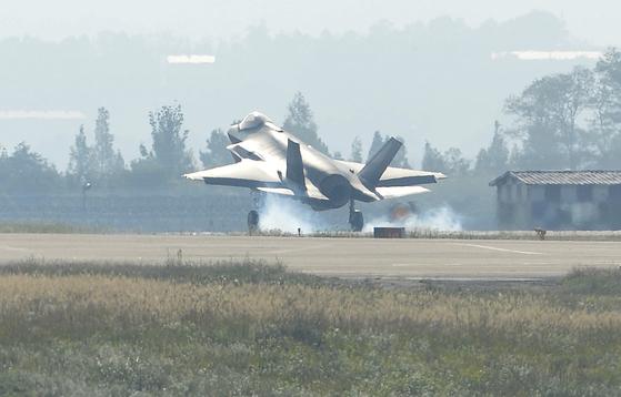 공군 기지에 착륙하고 있는 F-35A 스텔스 전투기. [중앙포토]