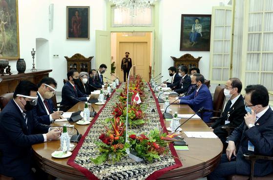 지난 20일 인도네시아 보고르의 대통령궁에서 조코 위도도(왼쪽에서 세번째) 인도네시아 대통령과 스가 요시히데 (오른쪽에서 세번째) 총리가 정상회담을 하고 있다. 스가 총리의 왼쪽에 이즈미 히로토 총리보좌관이 앉고, 기타무라 시게루 NSS 국장은 그 다음으로 밀려났다. [로이터=연합뉴스]