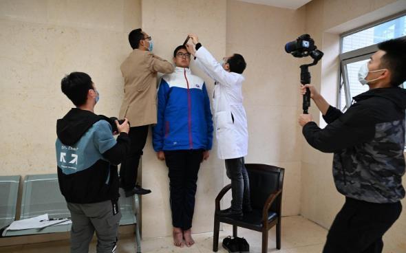 중국 쓰촨성 한 중학생이 기네스북 기록을 위해 신장을 측정하고 있다. 연합뉴스