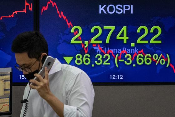 코스피·코스닥 지수가 3% 넘게 급락한 지난 8월20일 서울 중구 명동 하나은행 딜링룸 전광판 모습. 뉴스1