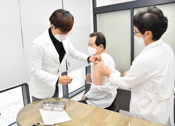 정세균 국무총리가 21일 오후 세종시 연동면 보건지소를 방문해 독감 예방접종을 받고 있다. [사진 국무총리실 제공=뉴스1]