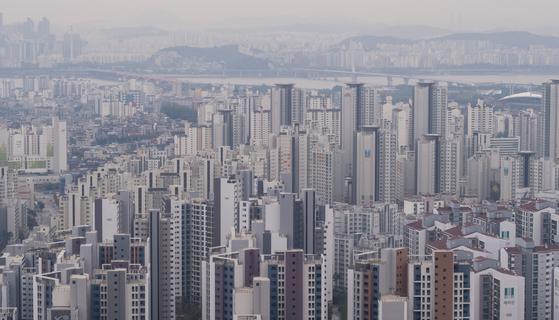정부가 주택정책을 세우는 데 주요 자료로 보는 한국감정원 통계가 신뢰성 위기를 맞고 있다. 사진은 서울 아파트 전경. [연합뉴스]