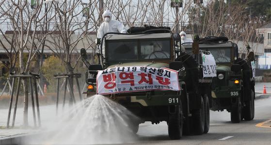 코로나19가 전국적으로 확산하던 지난 2월 군부대 인근에서 군인들이 방역활동을 하고 있다. 이 사진은 해당 기사와 직접적인 관련 없음. 송봉근 기자