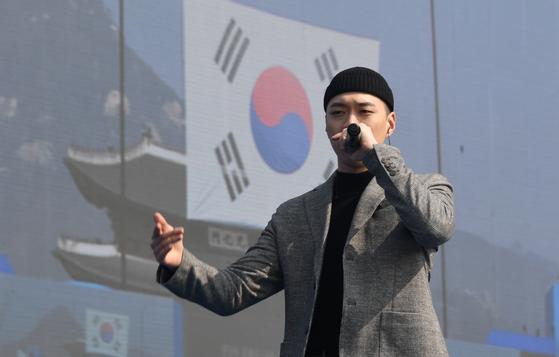 지난 2019년 3월 1일 서울 광화문에서 열린 제100주년 3·1절 기념식에서 래퍼 비와이가 공연하고 있다. [청와대사진기자단]