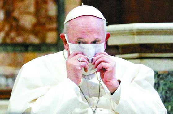 [사진] 폐 한쪽 없는 교황 처음으로 마스크
