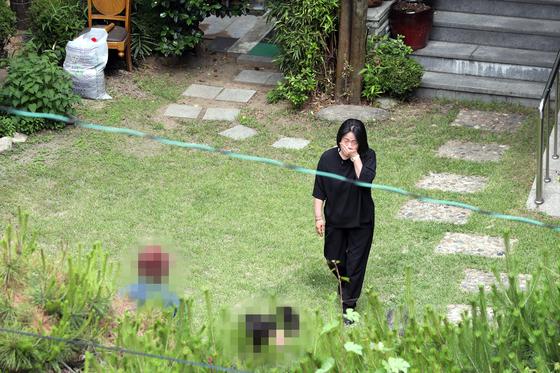 윤미향 더불어민주당 의원이 지난 6월 7일 오전 서울 마포구 연남동 '평화의 우리집'에서 관계자들을 맞이하고 있다. 연합뉴스
