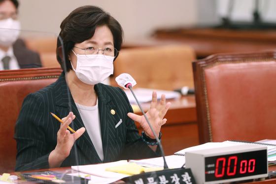 추미애 법무부 장관. 사진은 12일 오전 서울 여의도 국회에서 열린 법제사법위원회 국정감사에서 의원질의에 답하는 모습. 오종택 기자