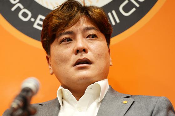 한화 이글스 김태균이 22일 대전 한화생명이글스파크에서 열린 은퇴 기자회견에서 눈물을 흘리고 있다. 김성태 기자