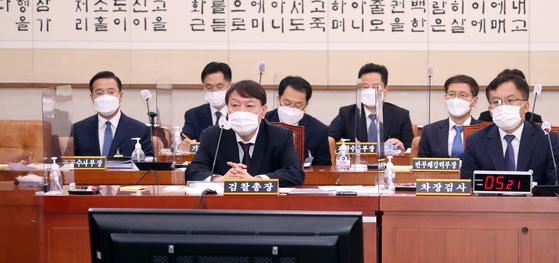 윤석열 검찰총장이 22일 서울 여의도 국회에서 열린 법제사법위원회의 대검찰청에 대한 국정감사에 출석해 의원들의 질의를 듣고 있다. 오종택 기자