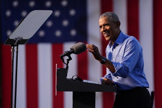버락 오바마 전 대통령이 21일(현지시간) 펜실베이니아주에서 민주당 대선 후보 조 바이든 지지 유세에 나섰다. [AP=연합뉴스]