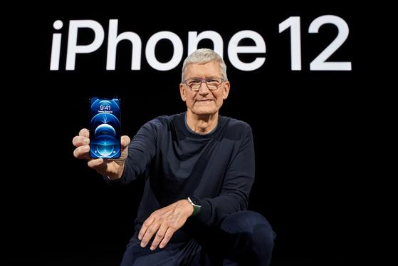 팀 쿡 애플 최고경영자(CEO)가 13일(현지시간) 미국 캘리포니아주 쿠퍼티노의 스티븐 잡스 극장에서 진행된 신제품 공개 행사에서 아이폰12를 소개하고 있다. 사진 애플코리아