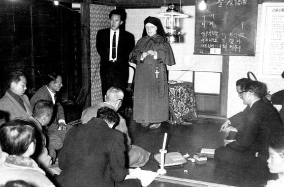 1960년 부산 중구 메리놀 수녀회병원(현 메리놀병원)에서 국내 신협의 전신인 성가신협을 설립한 가브리엘라 수녀가 조합원들에게 신협 운동의 취지를 설명하고 있다. 신협중앙회