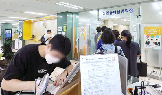 서울고용복지플러스센터에서 지난 7월 15일 열린 실업급여 설명회장에 들어가는 구직자들. 뉴스1
