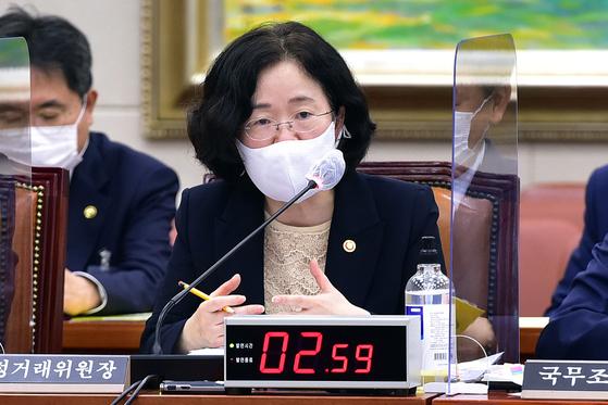 22일 국회 정무위원회 국정감사에서 조성욱 공정거래위원장이 의원 질의에 답변하고 있다. 오종택 기자