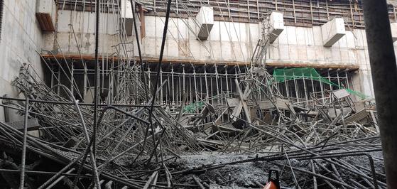 22일 오후 4시 36분쯤 경북 봉화군 봉화읍에 있는 군부대 신축 공사장에서 붕괴 사고가 발생해 7명이 매몰됐다가 구조됐다. 사진은 붕괴된 공사 현장. [사진 경북소방본부]