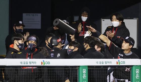 KT 선수들이 22일 잠실 두산전에서 6회에만 8점을 뽑으며 승기를 잡자 서로 격려하며 기뻐하고 있다. [연합뉴스]