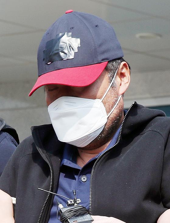 아내를 골프채와 주먹으로 폭행해 숨지게 한 혐의를 받는 유승현(56) 전 김포시의회 의장이김포경찰서를 나와 인천지방검찰청 부천지청으로 향하고 있다. [연합뉴스]
