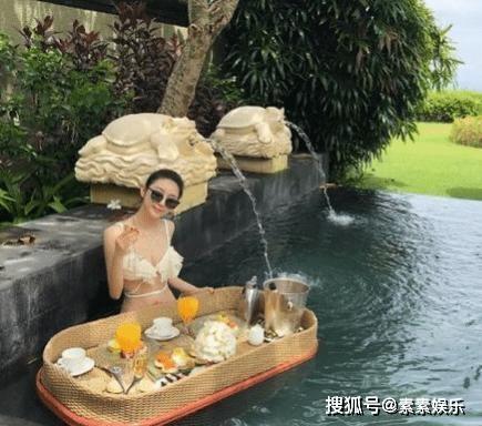 중국 내 한 호텔의 풀장에서 근사한 음료를 즐기는 한 여성의 모습. 실제로 먹는 게 아니고 사진을 찍기 위한 것이다. [중국 소후망 캡처]