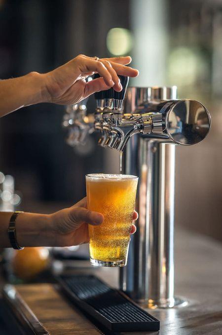 맥주는 보통 상쾌한 풍미로 시작해 쌉쌀함과 톡 쏘는 탄산감으로 깔끔하게 마무리되면서 갈증을 씻어주는 맛을 즐기기 위해서 마신다. [사진 pxfuel]