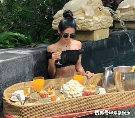 중국 내 한 호텔의 풀장에서 근사한 음료를 즐기는 모습은 실제 상황이 아니고 사진을 찍기 위한 것이다. 여러 사람이 돈을 모아 음료를 시켰기 때문이다. [중국 소후망 캡처]