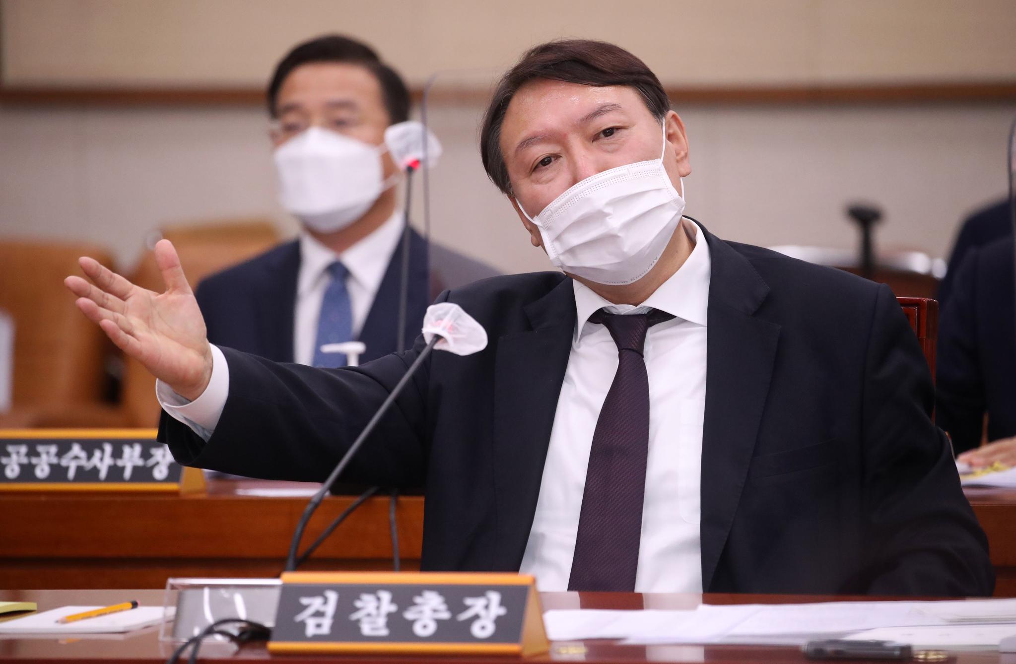 윤석열 검찰총장이 22일 서울 여의도 국회에서 열린 법제사법위원회의 대검찰청에 대한 국정감사에서 의원 질의에 답변하고 있다. 오종택 기자