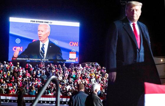 도널드 트럼프 미국 대통령이 20일 펜실베이니아주 이리 국제공항에서 열린 대중 유세에서 경쟁자인 조 바이든 민주당 대선 후보가 나온 CNN 화면을 바라보고 있다. [AFP=연합뉴스]
