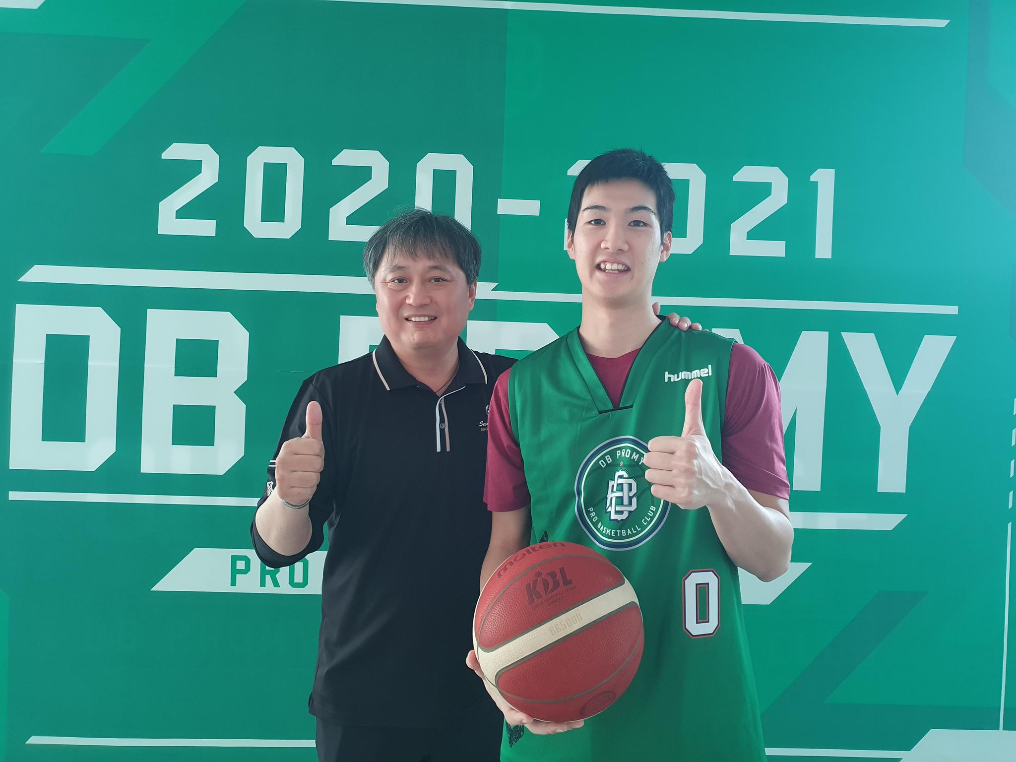 일본인 최초의 KBL 선수 타이치(오른쪽)가 이상범 감독과 기념촬영을 하고 있다. 박린 기자