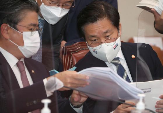 성윤모 산업통상자원부장관이 22일 국회 산자위 국정감사에 출석해 관계자들과 자료를 검토하고 있다. 오종택 기자