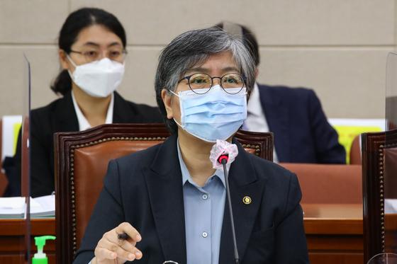 정은경 질병관리청장이 22일 오전 국회에서 열린 보건복지위원회 종합감사에서 의원들의 질문에 답변하고 있다. 오종택 기자