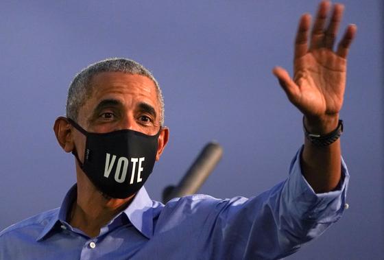 버락 오바마 전 대통령은 21일(현지시간) 펜실베이니아주에서 민주당 대선 후보 조 바이든 지지 유세에서 유권자들에게 투표하라고 강조했다. [로이터=연합뉴스]