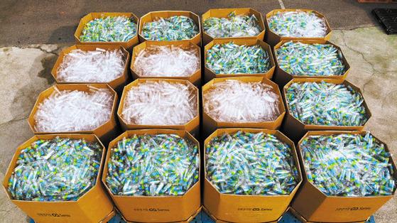 산수음료는 생분해성 플라스틱 소재의 생수 공병을 화학적 재활용 처리를 거친 원료형태로 가공한 재생플라스틱을 국내 최초로 수출한다. 사진은 수출을 앞둔 PLA 재생플라스틱. [사진 산수음료]