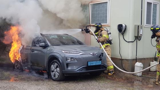 지난해 7월 28일 강원도 강릉시 한 사무실 옆 노상에서 주차 중이던 코나EV 차량 한대가 불타고 있다. 당시 차량 뒷편 바퀴와 트렁크가 심하게 불탔다. [강릉소방서]