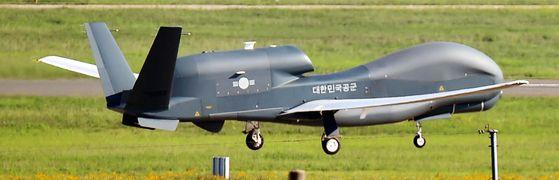 무인정찰기 글로벌호크(RQ-4)가 지난 6월 경남 사천시 모 부대에서 이륙하고 있다. [뉴시스]