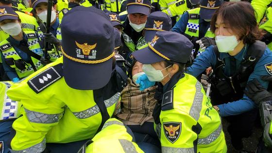 22일 경북 성주 초전면 소성리 진밭교에서 주민과 경찰이 충돌하고 있다. 이날 국방부는 성주 고고도미사일방어(THAAD·사드) 체계 기지에 공사 장비 반입을 예고했다. 연합뉴스