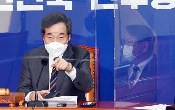 이낙연 더불어민주당 대표가 23일 오전 서울 여의도 국회에서 열린 최고위원회의에서 한 참석자에게 손으로 신호를 보내고 있다. 뉴시스