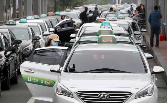 정부가 마스크를 쓰지 않으면 대중교통을 이용할 수 없다. 뉴스1