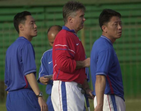 대표팀에서 호흡을 맞추던 시절의 박항서 코치, 히딩크 감독, 정해성 코치(왼쪽부터). [중앙포토]