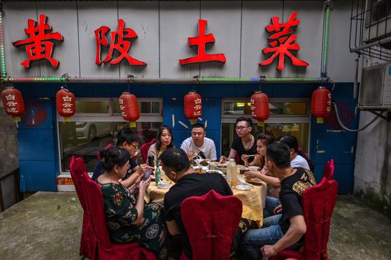 중국인들이 함께 식사를 하고 있다. (기사 내용과는 무관함) [AFP=연합뉴스]