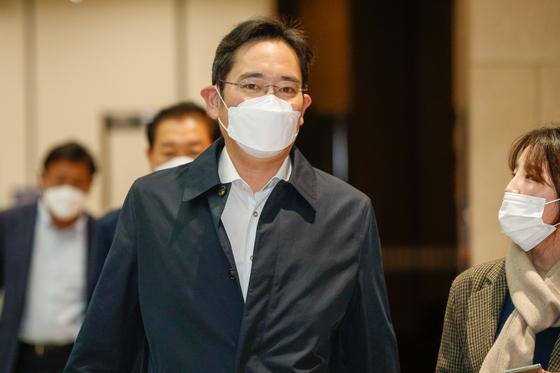 이재용 삼성전자 부회장이 23일 오전 서울 강서구 김포비지니스항공센터(SGBAC)를 통해 입국하고 있다. 뉴스1