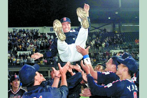 1982년생들은 2000년 캐나다 에드먼턴 세계청소년야구선수권 한국 우승 주역이다. 김복수 코치를 헹가래치는 장면. [중앙포토]