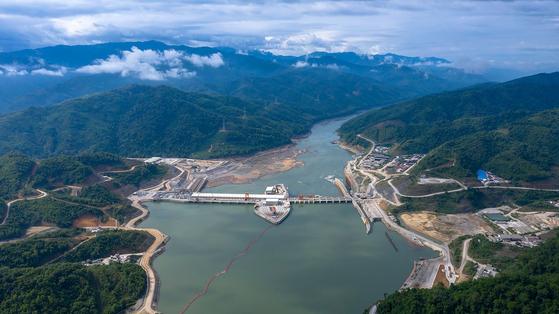 라오스 메콩강에 건설된 샤야부리댐. AFP=연합뉴스