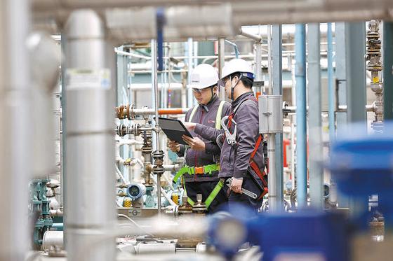 금호석유화학그룹이 최근 강화되는 환경 규제에 발맞춰 환경안전경영에 힘을 싣고 있다. 사진은 금호석유화학 직원들이 생산 설비를 점검하는 모습. [사진 금호석유화학그룹]