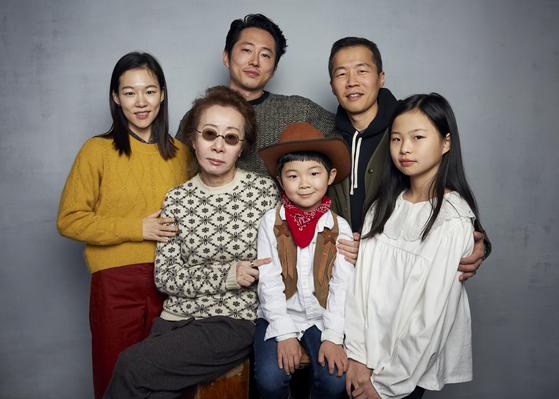 영화 '미나리'의 (왼쪽부터) 주연 배우 한예리, 윤여정, 스티븐 연, 알란 김, 리 아이삭 정 감독과 노엘 조가 코로나19가 전세계에 확산하기 전인 올해 1월 미국 선댄스영화제에서 함께 모였다. [AP=연합뉴스]