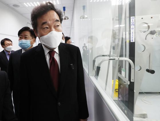 이낙연 더불어민주당 대표가 지난 22일 코로나19 혈장 치료제 개발 현장을 살펴보고 있다. 연합뉴스