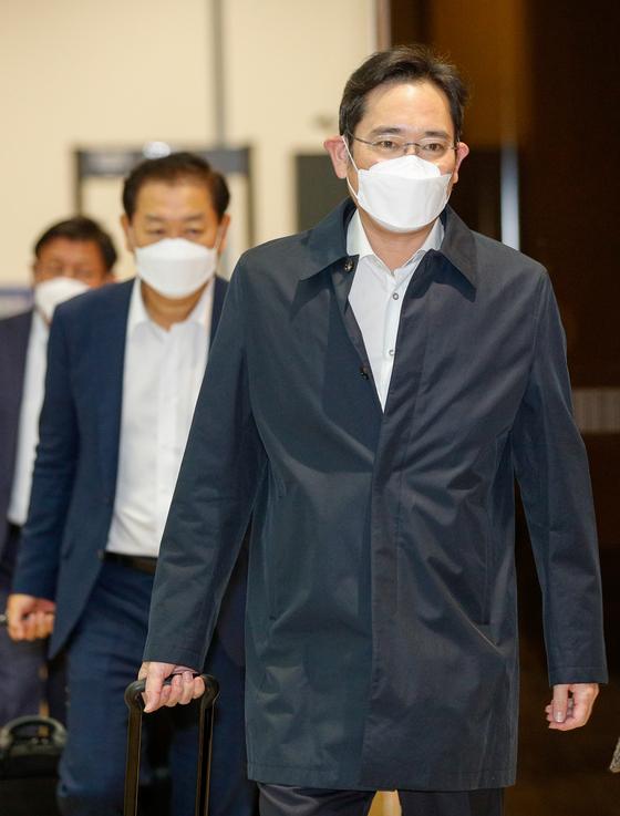 이재용 삼성전자 부회장이 23일 오전 서울 강서구 김포비지니스항공센터를 통해 입국하고 있다. 뉴스1